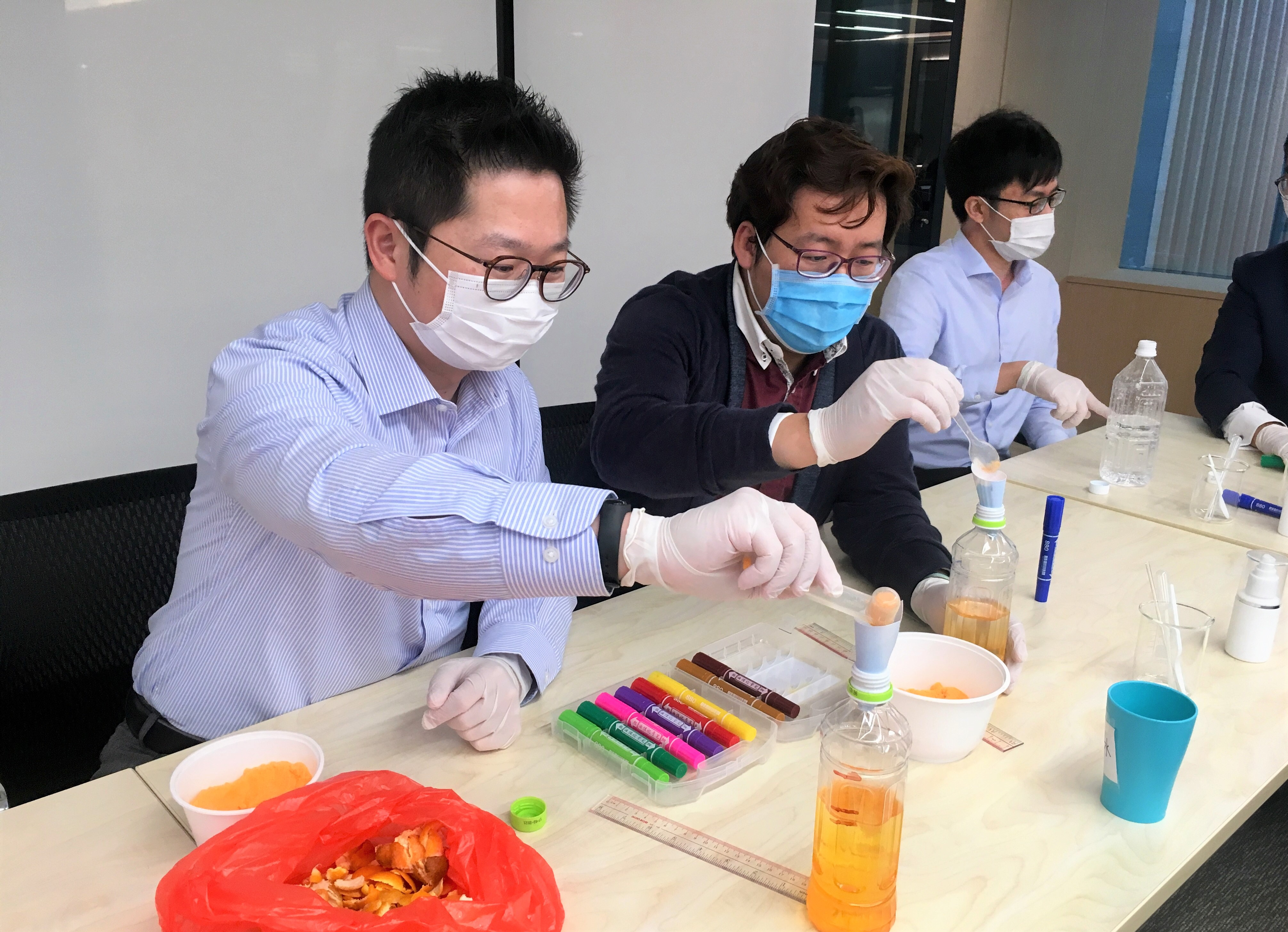 We always accord high priority to the health and well-being of our employees. We brought the Handmade Alcohol Sanitiser and Eco-friendly Detergent Workshop to our employees in collaboration with 世界綠色組織 (World Green Organisation). The trainer also shared with our employees about contributing to the environment by up-cycling food waste and relaxing themselves through Zentangle experience. We are committed to taking care of the well-being of our employees. Let's be vigilant and stay healthy!